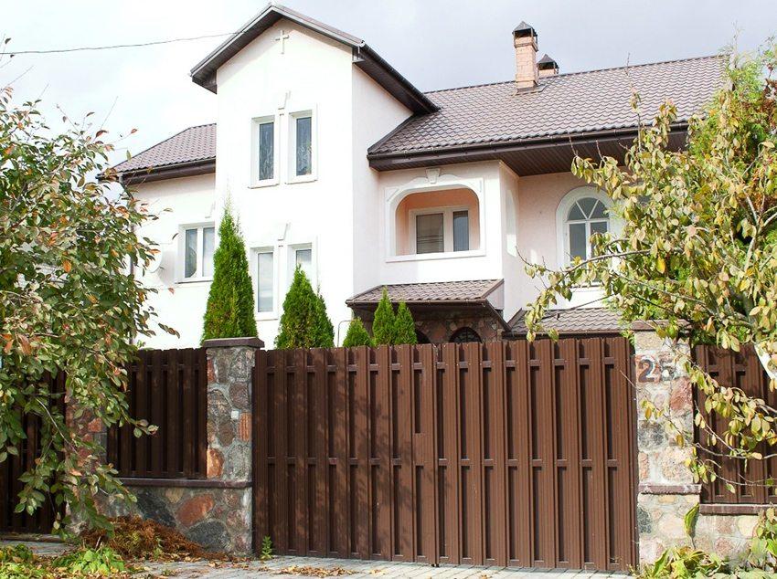 Забор с двухсторонней зашивкой из штакетника