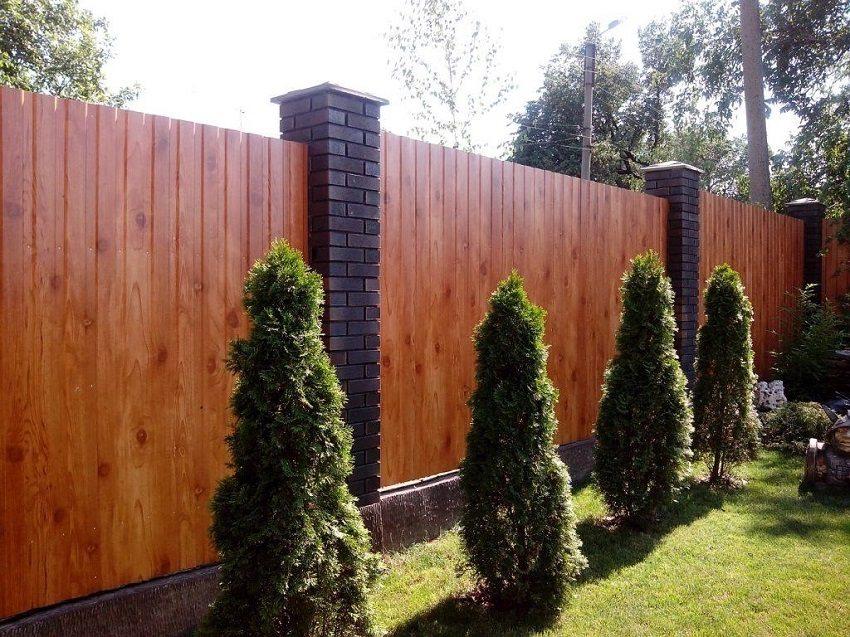 Профилированный лист хорошо сочетается с бетонными или кирпичными опорами