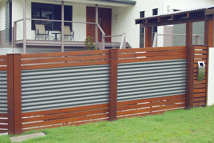Ограда из профнастила подходит для любого дома и участка