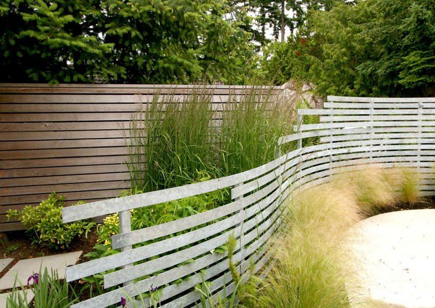 Гибкие металлические планки позволяют сооружать забор любой формы