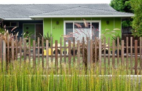 Заборы для дачи: фотографии недорогих и стильных конструкций