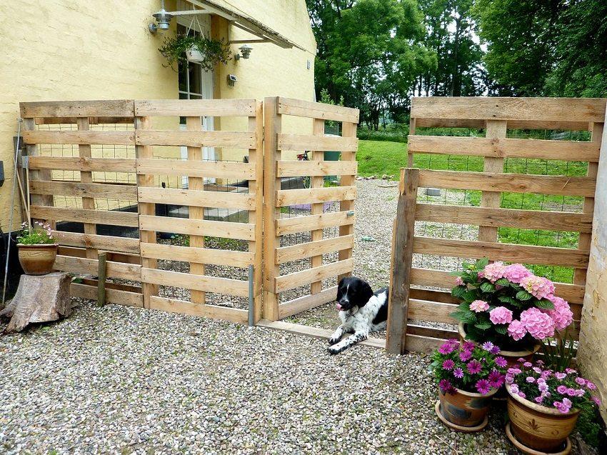 Одним из простых и доступных вариантов является забор из деревянных поддонов