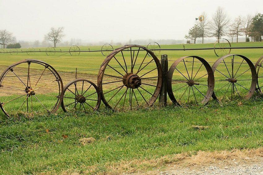 Проявляя фантазию можно использовать любые материалы, например, старые колеса