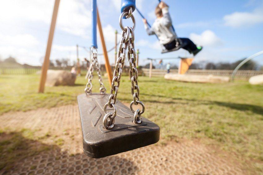 Подвесные детские качели с каркасом, выполненным из металла