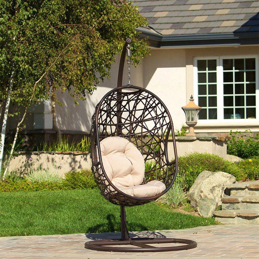 Плетеные качели-кокон с металлическим каркасом станут необычным украшением двора частного дома