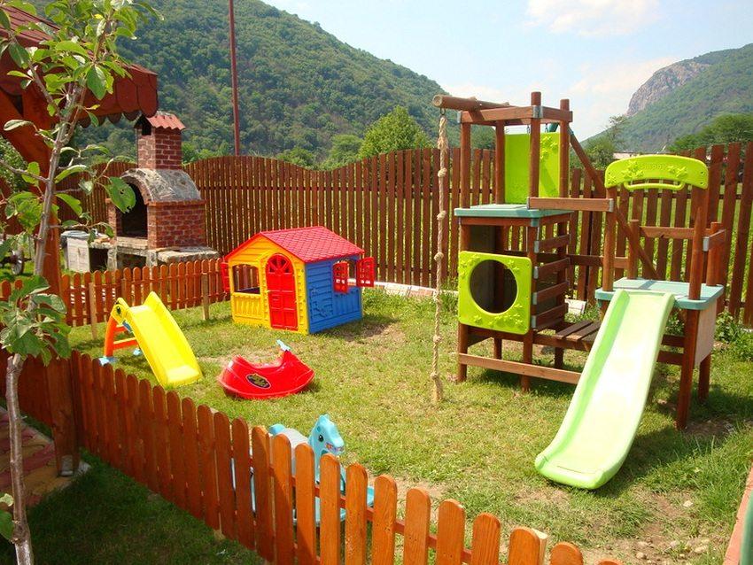Выполненный из дерева детский спортивный комплекс для дачи с горкой