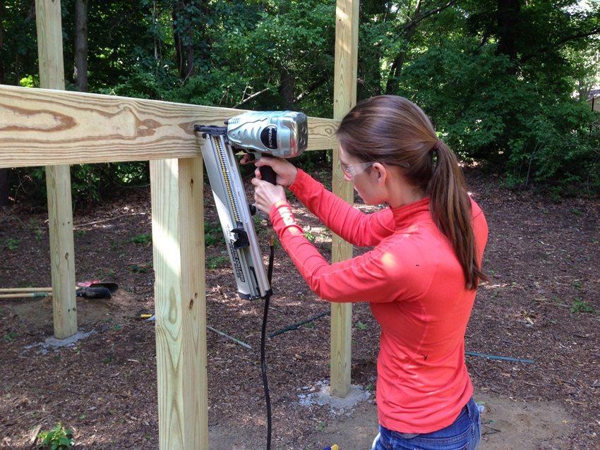 Процесс строительства детской горки из древесины