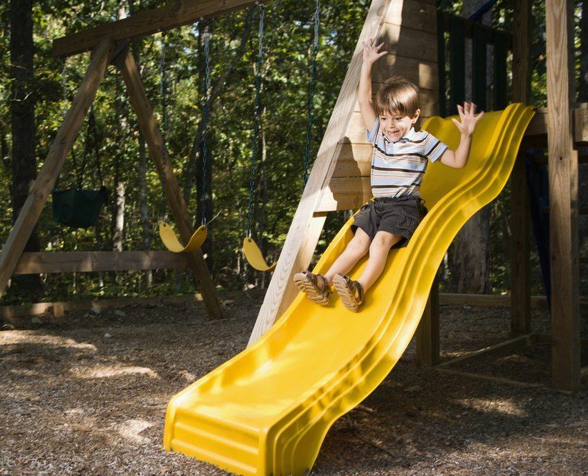 Установка пластикового спуска – оптимальный вариант при возведении горки, предназначенной для маленьких детей