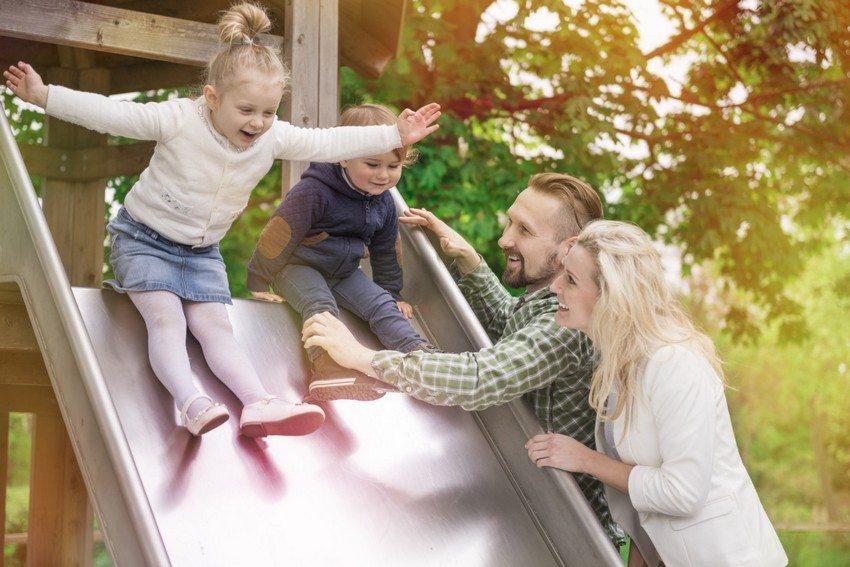 При строительстве детской горки на даче следует тщательно рассчитать высоту конструкции