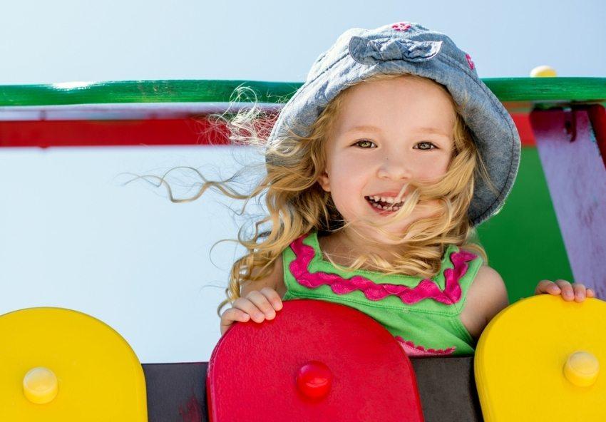 Перила и ограждения – обязательные элементы конструкции детской горки