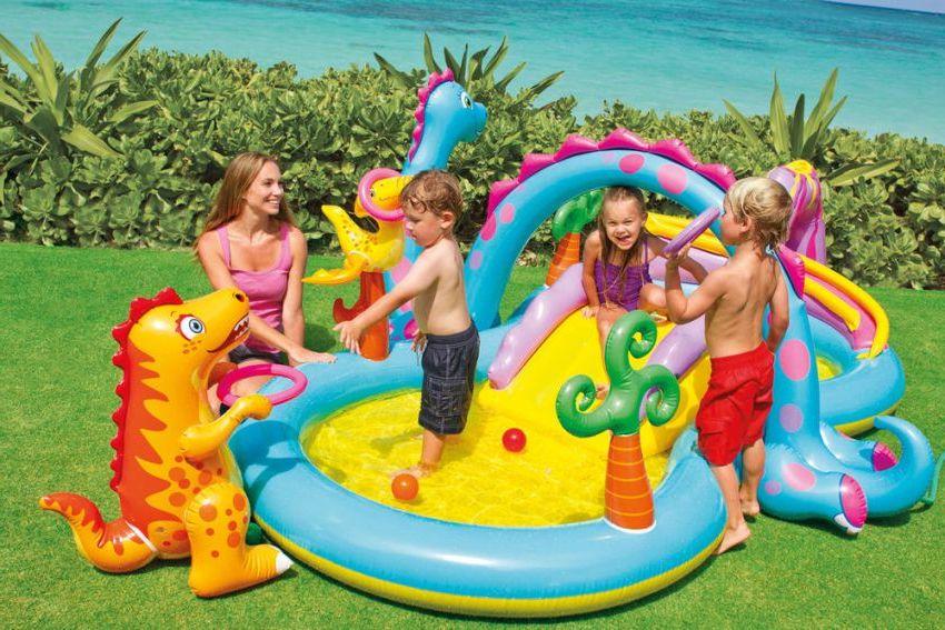 Детский бассейн с горкой и надувными игрушками