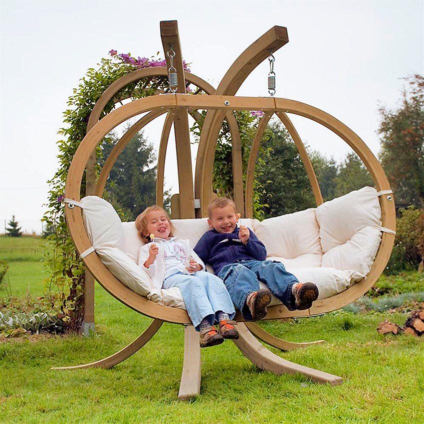 Вместительные качели с деревянным каркасом