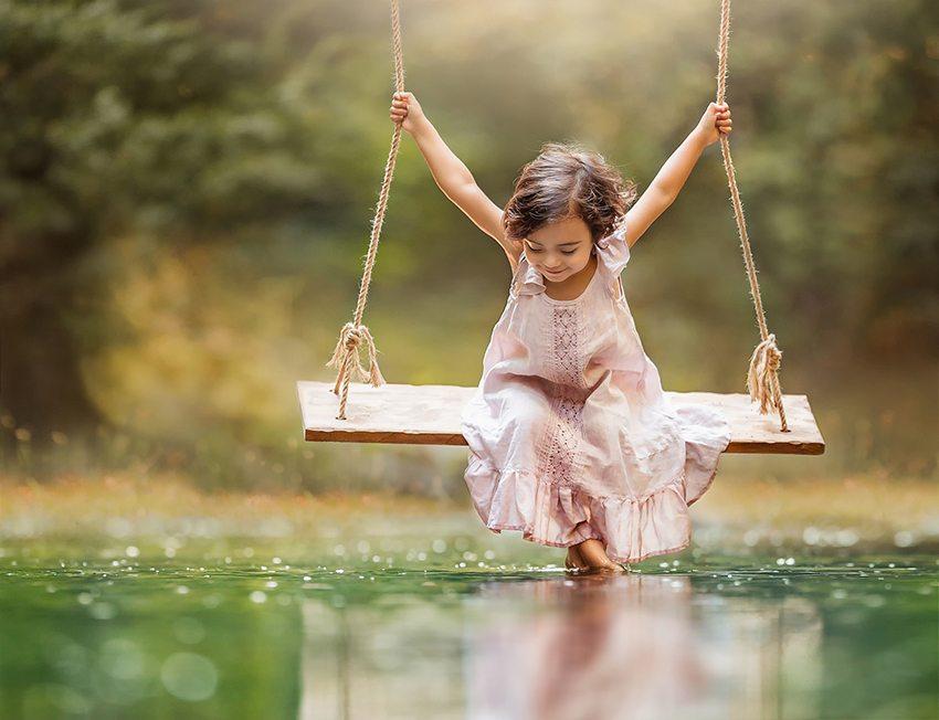 Подвесные качели обеспечат ребенку веселый отдых на свежем воздухе