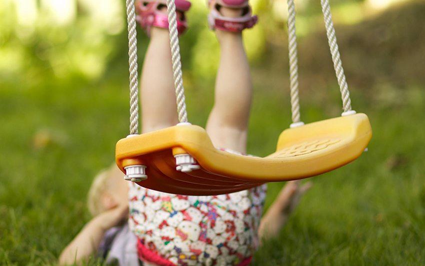 При установке качелей нужно вымерять уровень высоты сиденья учитывая рост ребенка