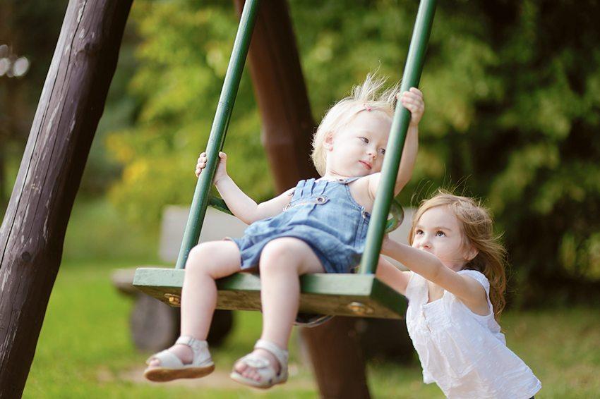 Простаые качели подходят детям всех возрастов
