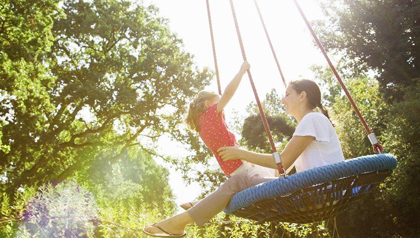 """В подвесной """"паутинке"""" можно удобно разместиться не только ребенку, но и маме"""