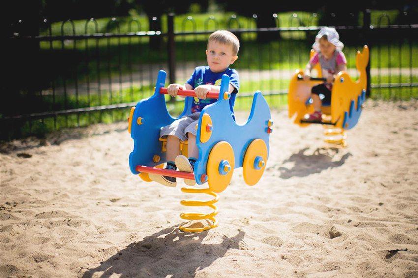 Внимание малыша могут привлечь красочные машинки на пружинах