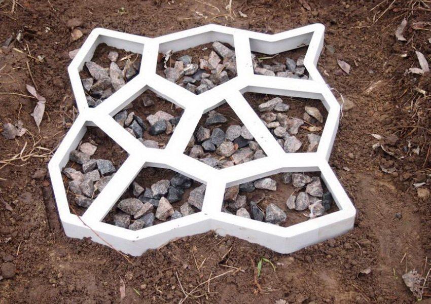Шаблон из гипса позволяет создавать тротуарную плитку самых разнообразных форм и размеров