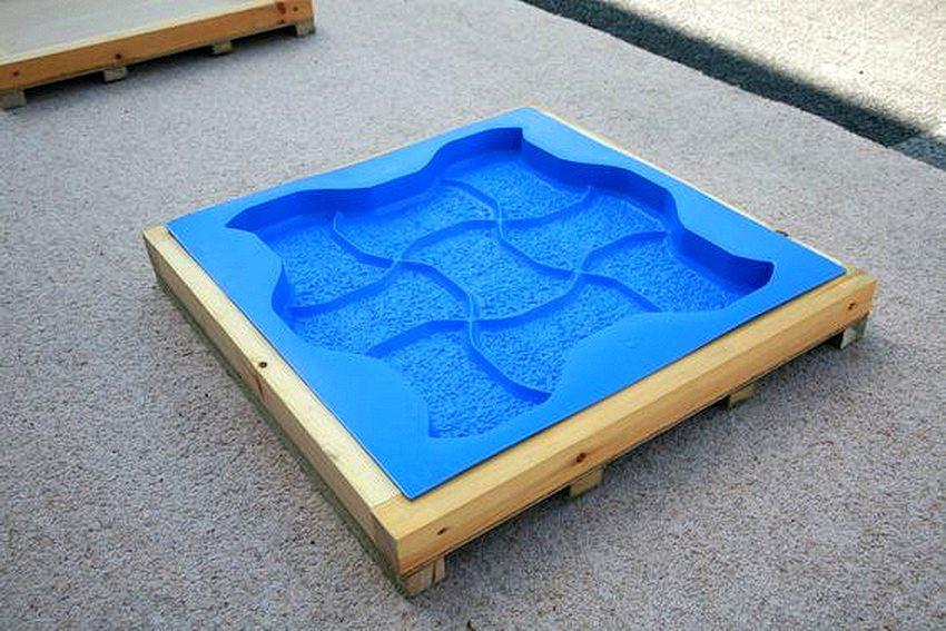 Для удобства извлечения формы, рекомендуется обработать поверхность контейнера смазочным материалом