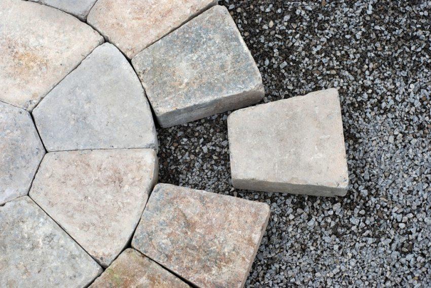 Плитка для укладки полукругом изготовлена с помощью полиуретановой формы