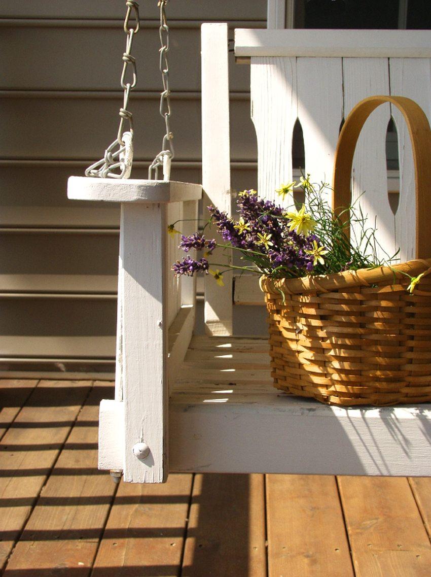 Подвесные деревянные качели, выкрашенные в белый цвет