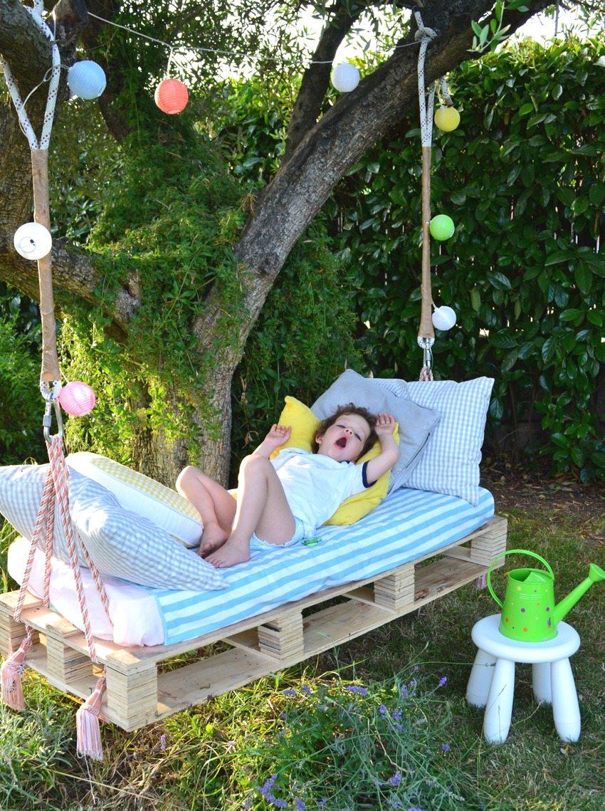 Уютные детские качели из паллет с мягким матрасом и подушками