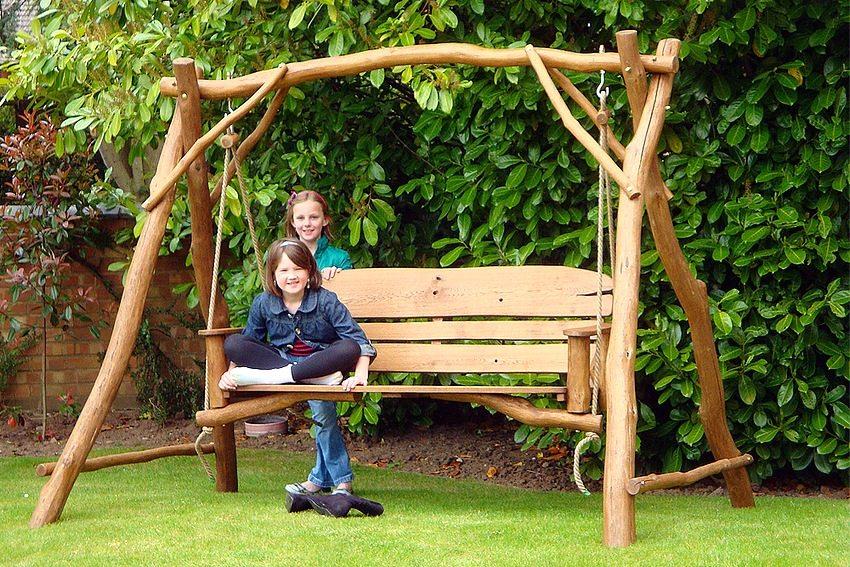 Детские уличные качели, построенные из дерева