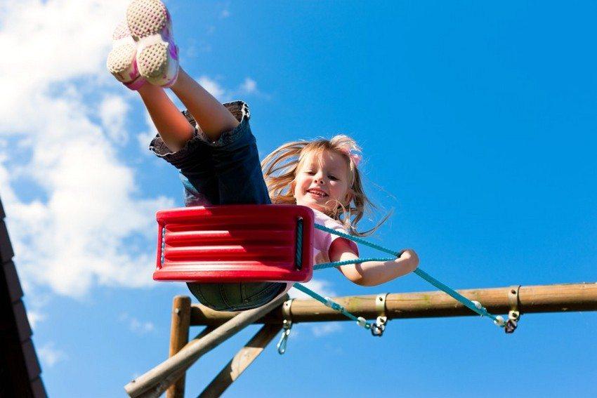 Детские качели подвесного типа с деревянным каркасом