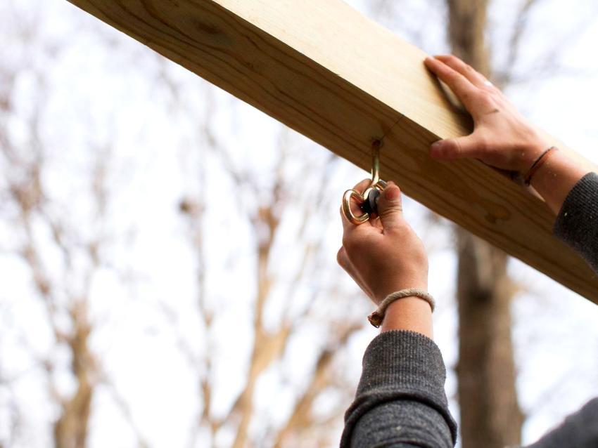 Монтаж крепежных элементов для подвесных качелей