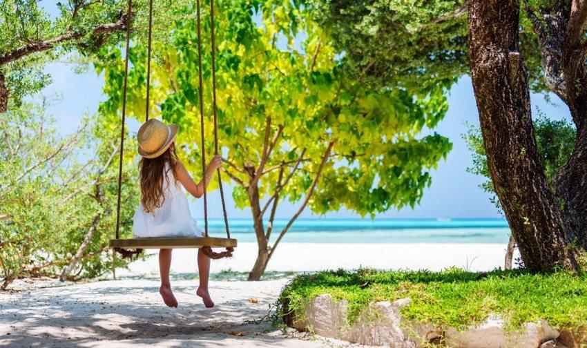 Для уличных подвесных качелей лучше выбирать доски из лиственных пород деревьев
