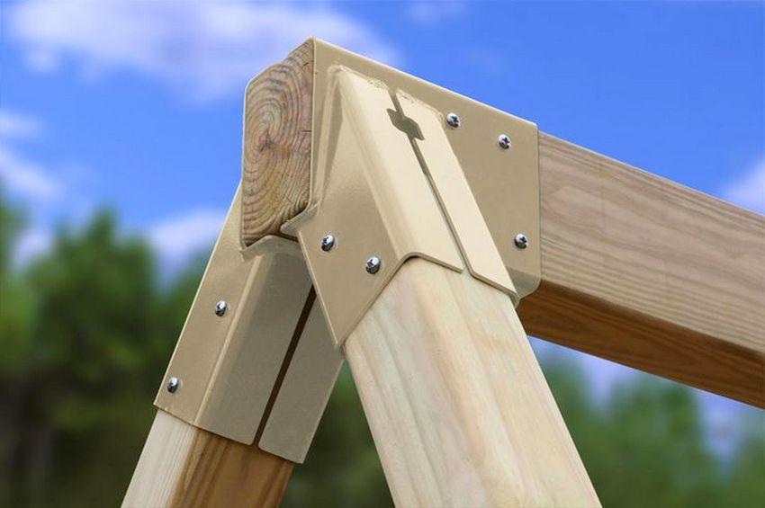 Надежное скрепление верхней части столбов обеспечит высокий уровень прочности всей конструкции