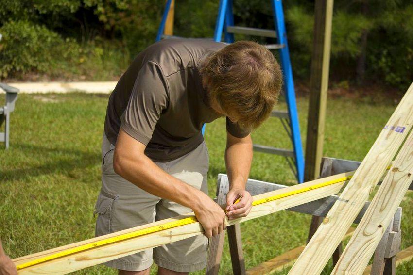 Процесс строительства детских качелей из дерева
