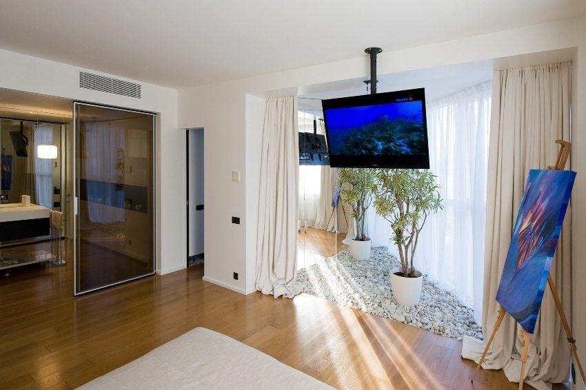 Потолочный кронштейн с телевизором установлен над арочным проемом