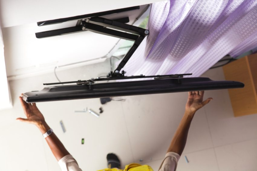 Поворотно-выдвижной кронштейн позволяет регулировать угол наклона телевизора и его расстояние от стены