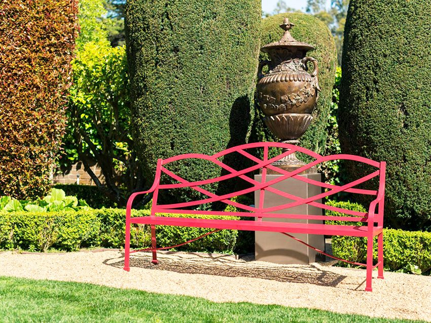 Яркая и креативная конструкция скамейки