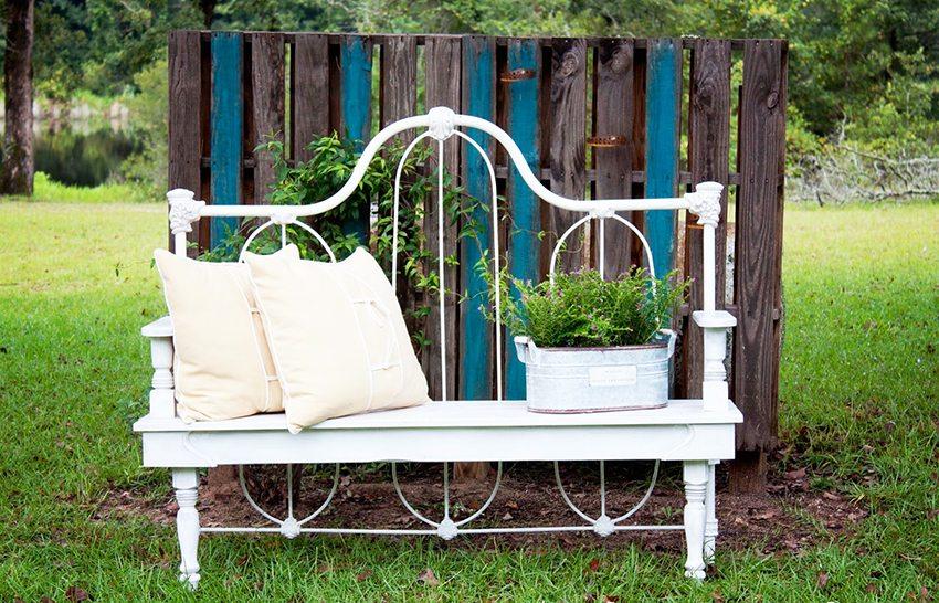 Оригинальная металлическая скамейка, выполненная из спинки старой кровати