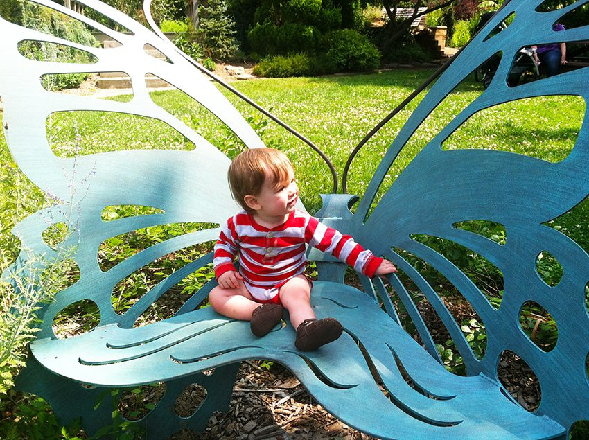 Необычная детская скамейка из металла в форме бабочки