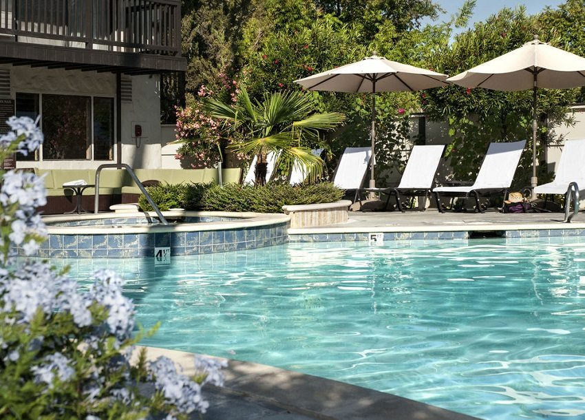 Рекомендуемая температура в уличных бассейнах составляет 24-28°С