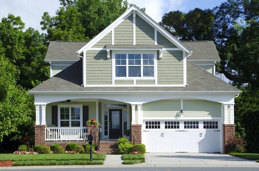 Одноэтажный дом 11 на 11 м с мансардой и большим гаражом