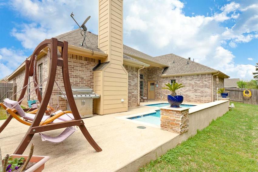 Терраса с зоной отдыха, пристроенная к одноэтажному дому