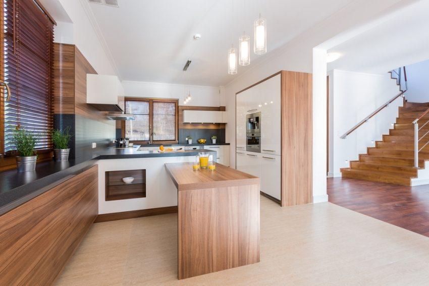 Особое внимание при строительстве двухэтажных домов уделяется безопасности лестничных конструкций