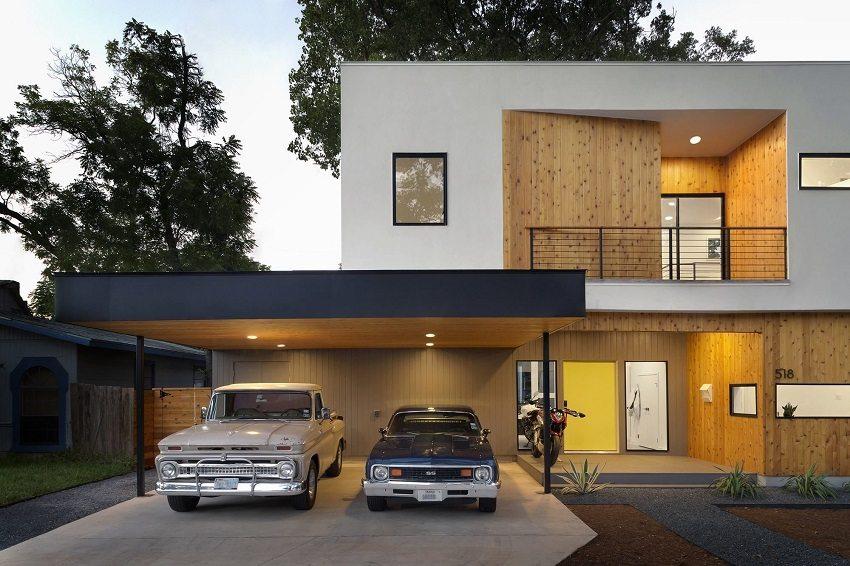 Просторный дом с большим навесом для авто, построенный из современных материалов