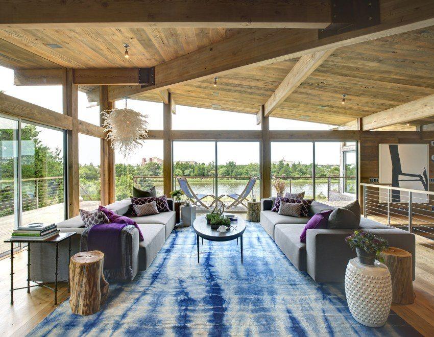 Гостинная на втором этаже с панорамными окнами и деревянной отделкой