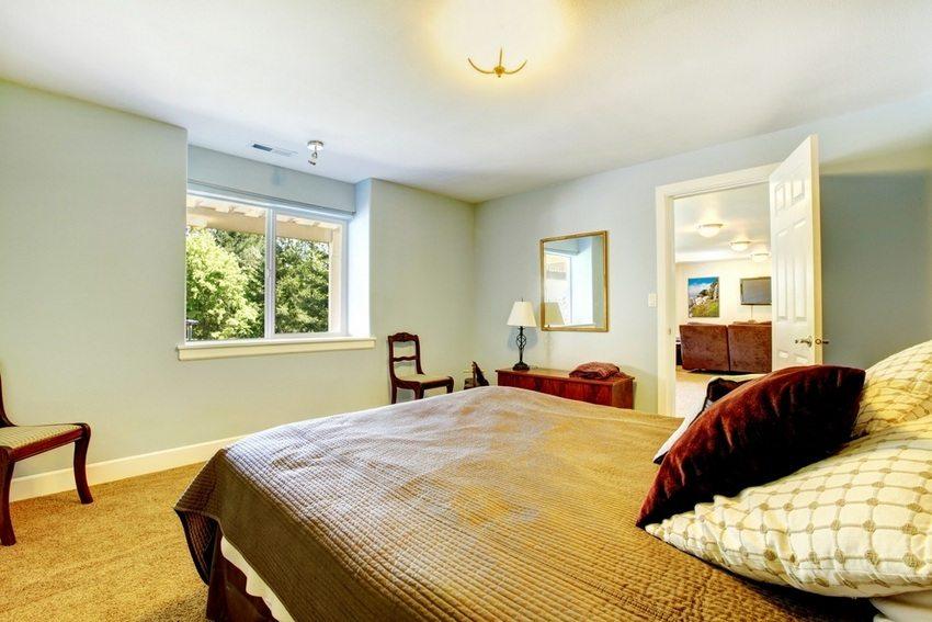 Спальня с выходом в комнату отдыха, организованная на втором этаже частного дома
