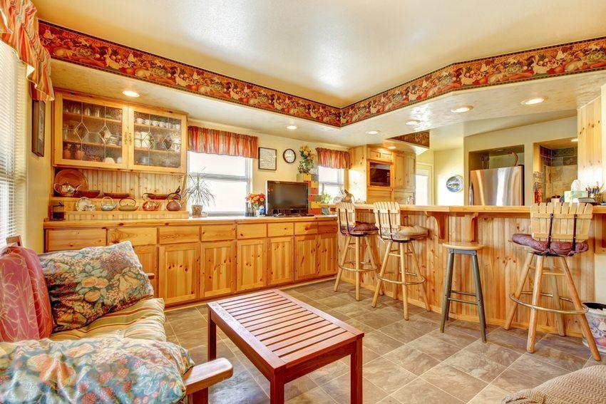 Объединенные помещения гостиной и кухни разделяются барной стойкой