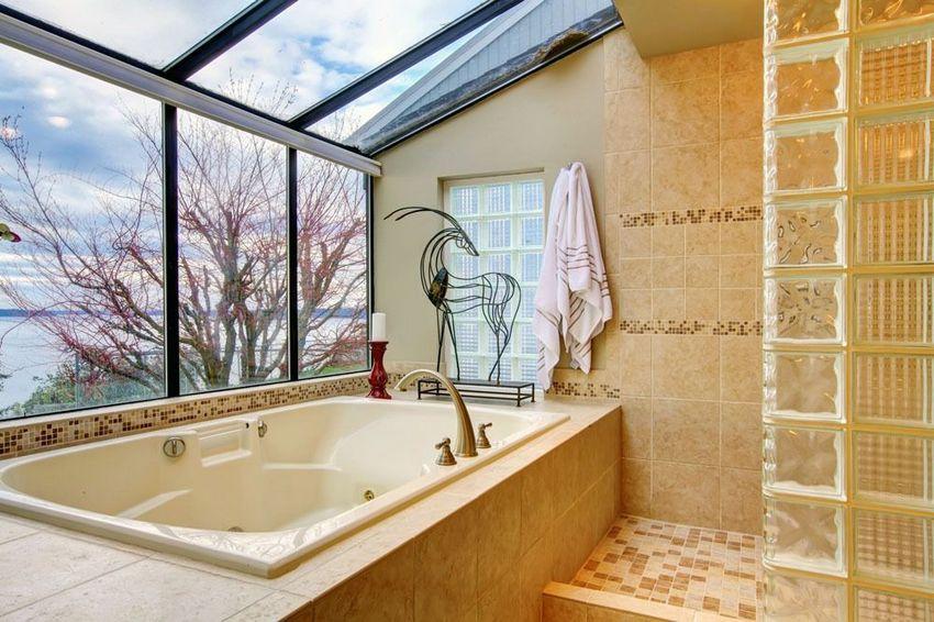 В мансарде двухэтажного частного дома расположена ванная комната с джакузи