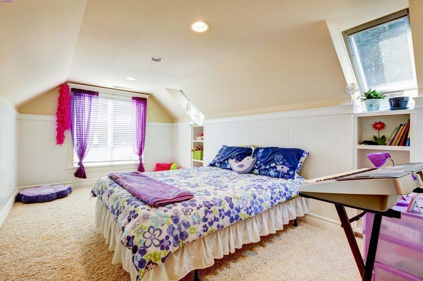 Детская спальная комната, устроенная на мансардном этаже частного дома