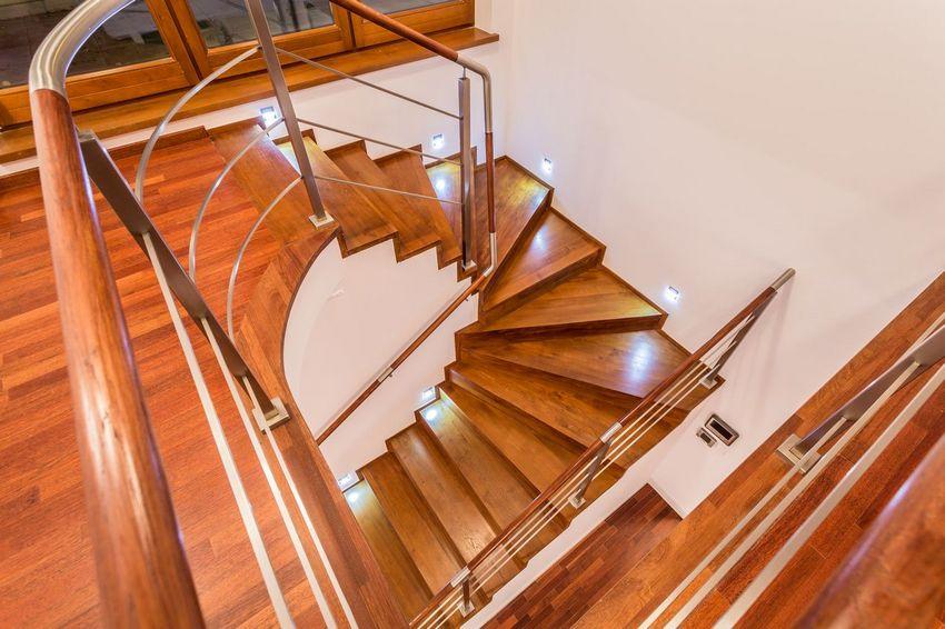 Лестничная конструкция в частном доме с двумя этажами