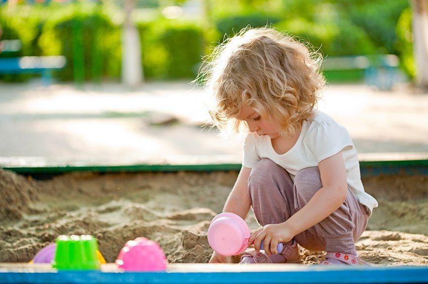 В качестве природного покрытия для площадки можно использовать песок