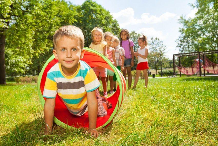 Натуральная трава — это мягкое покрытие, которое может запачкать одежду ребенка